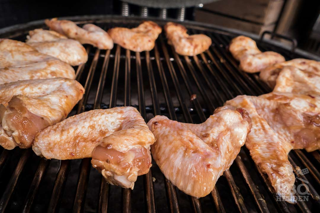 The chicken wings can now indirectly on the barbecue
